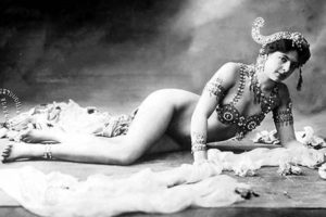 famous-spies-mata-hari-lying-down